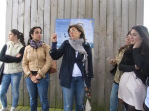 Guiando en Punta Herminia con alumnos (1)